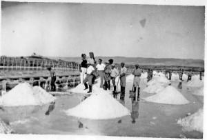 איסוף המלח במפעל עתלית בשנות ה-20