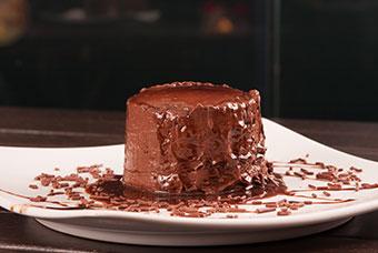 זרו מעל קינוח שוקולד מעט מלח לטוויסט מעניין