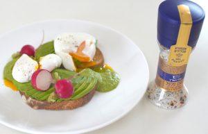 טוסט אבוקדו וביצה עלומה